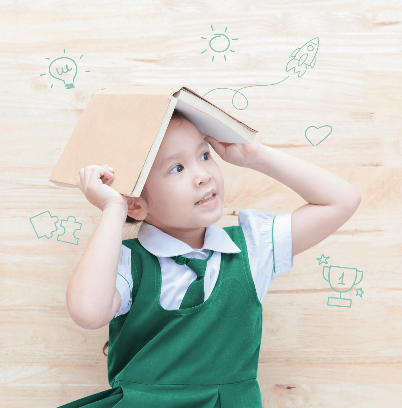 niño con libro en la cabeza