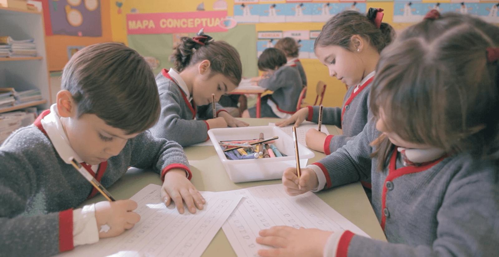 Niños trabajando en clase