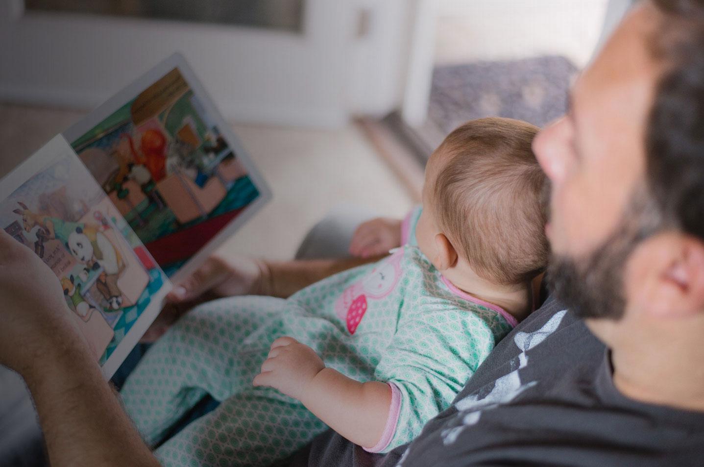 Padre leyendo un cuento